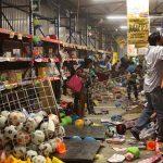 VERACRUZ, VERACRUZ, 04ENERO2017.- Una turba de aproximadamente 200 personas irrumpieron en centros comerciales de la zona conurbada, donde sacaron desde electrodomésticos hasta ropa y enceres. A pesar del fuerte resguardo de la Marina Armada de México, no se pudo detener el saqueo de la bodega de juguetería y la tienda de electrodomésticos FAMSA por ser superados en número. Los sitios fueron saqueados por encapuchados, madres, padres de familia e incluso niños y adolescentes. FOTO: ILSE HUESCA /CUARTOSCURO.COM