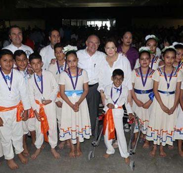 Abraza Jesús de la Garza y Blanca Treviño  hechos por la inclusión de discapacitados