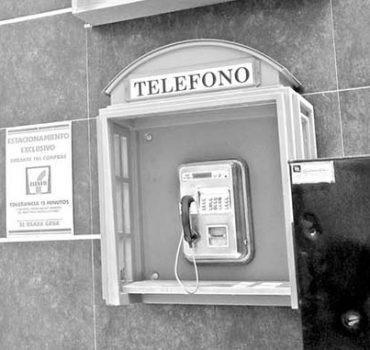 Teléfonos públicos; líneas que mueren