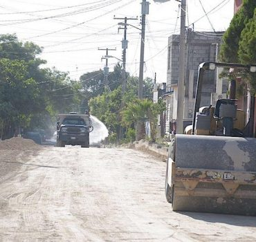 Oscar Almaraz Smer continúa con programa de pavimentación en la capital del Estado