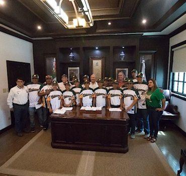 Campeones nacionales de Ligas Pequeñas visitan al presidente Jesús de la Garza
